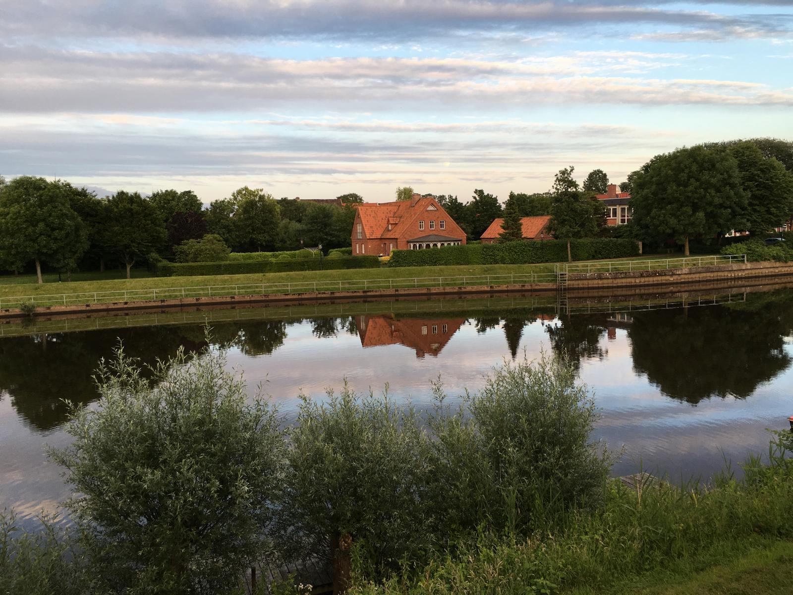 Bauernhaus an Fluss