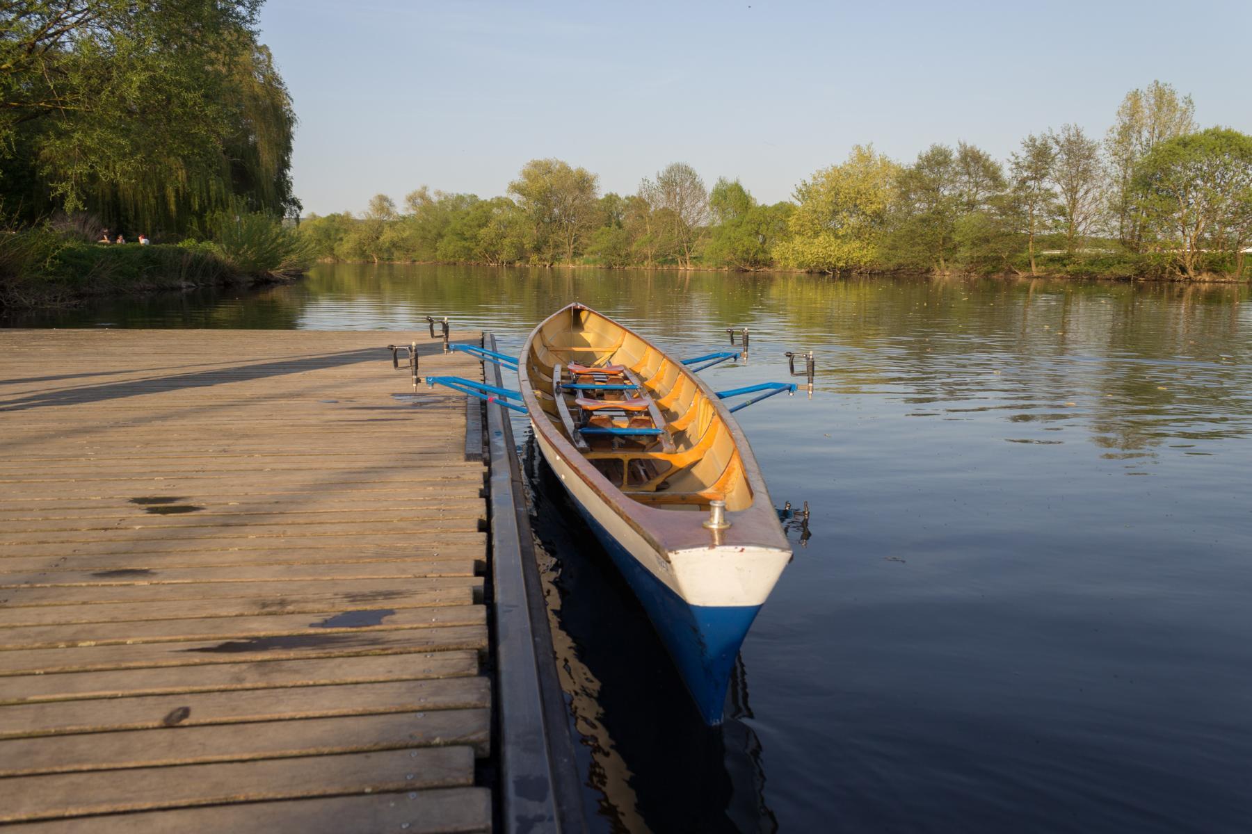 Ruderboot liegt am Steeg