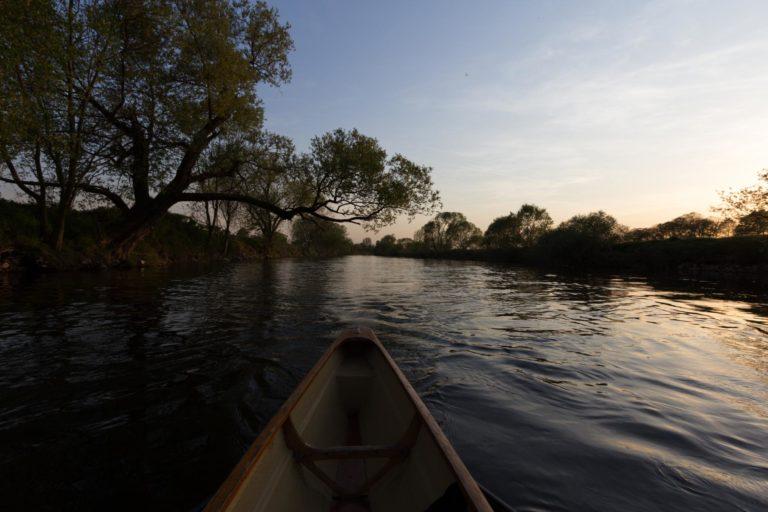 Ruderboot bei Sonnentuntergang